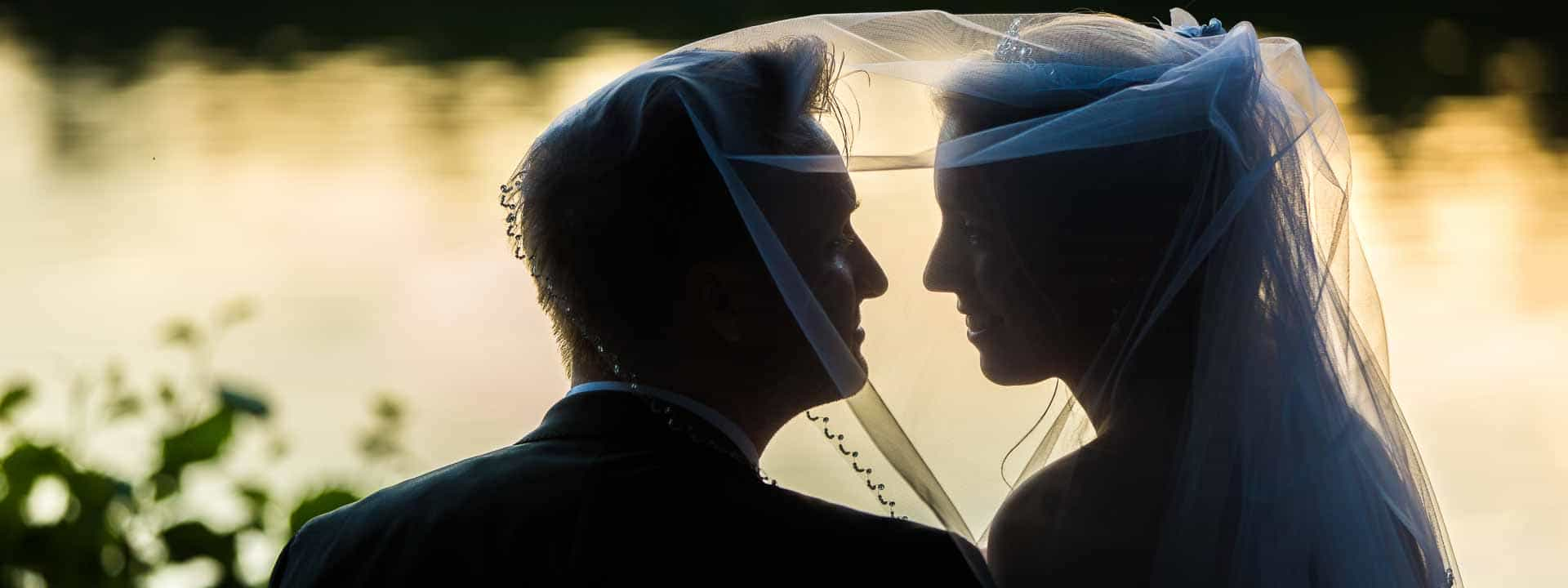 Brautpaar küssend im Gegenlicht