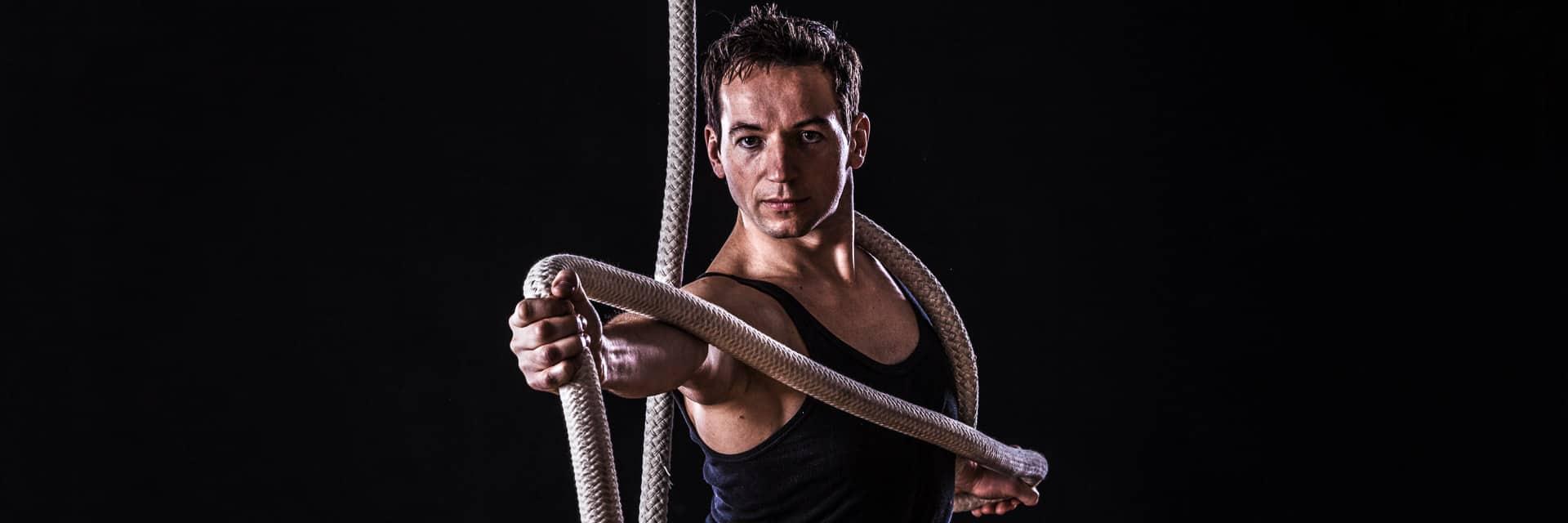 Der Akrobat Ralf Kolossa mit Vertikalseil